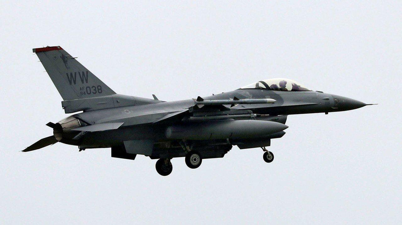 美軍F-16戰機20日因引擎故障將2個外燃料箱丟進日本青森縣小川原湖。圖為同型機...