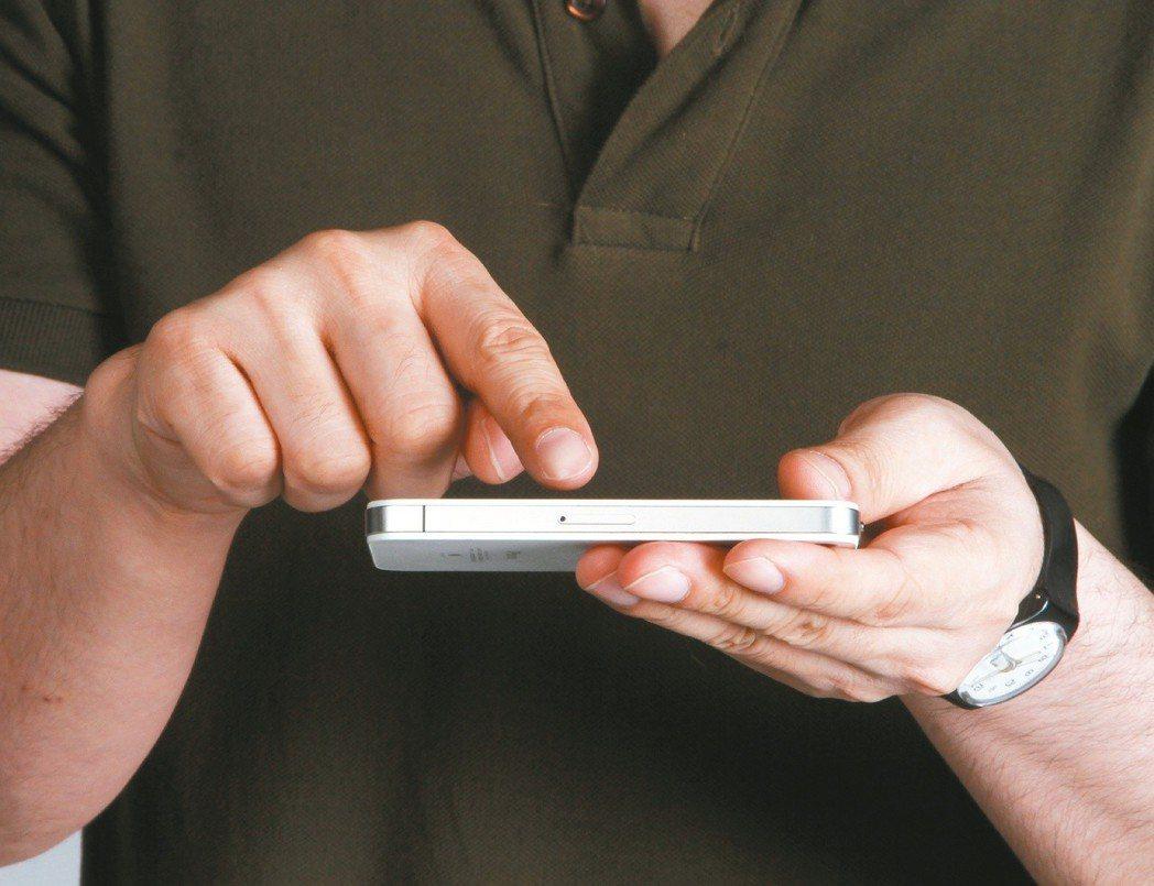 醫師指出,寒假剛結束,手機問題使用症患者比往常增加一成。本報資料照片