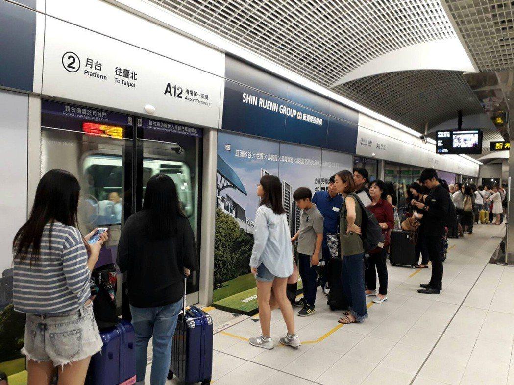 桃園機場捷運列車在機場航廈間免費搭,桃園市長鄭文燦希望擴大A11到A15站之間免...
