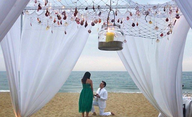 路易斯在越南會安的海邊向女友下跪求婚。圖/摘自instagram