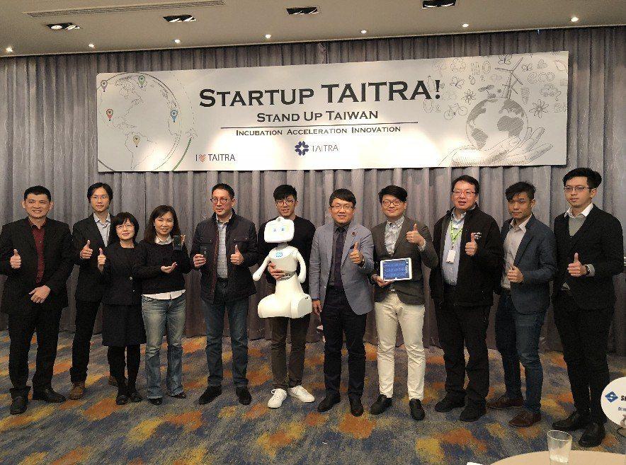 外貿協會副董事長劉世忠(右5)要帶台灣隊參加MWC大展的新創展區。記者高詩琴/攝...