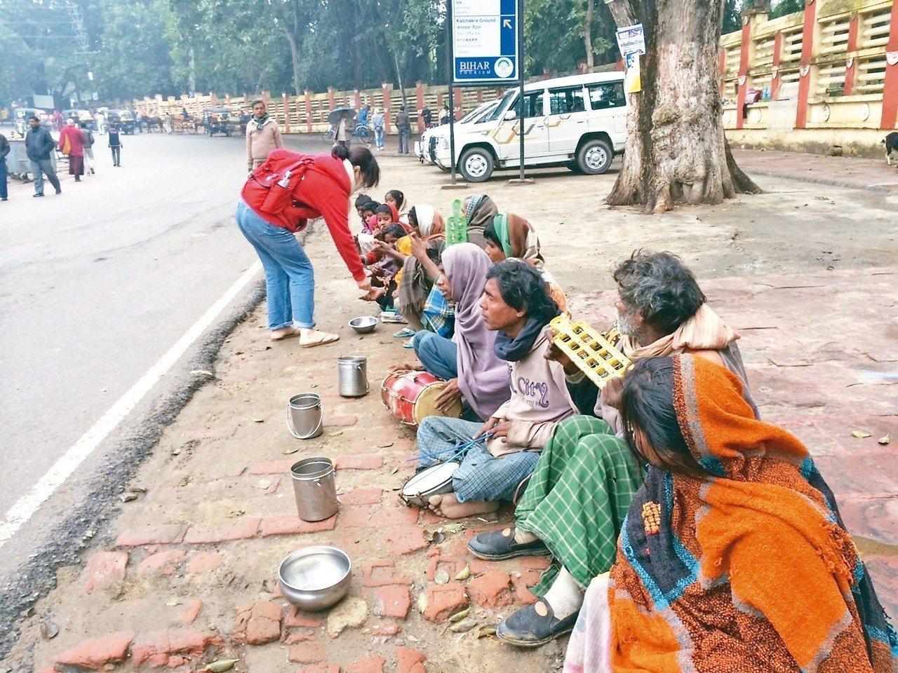 乞丐們是種姓的最低階層,難以翻身,靠著行乞過活。