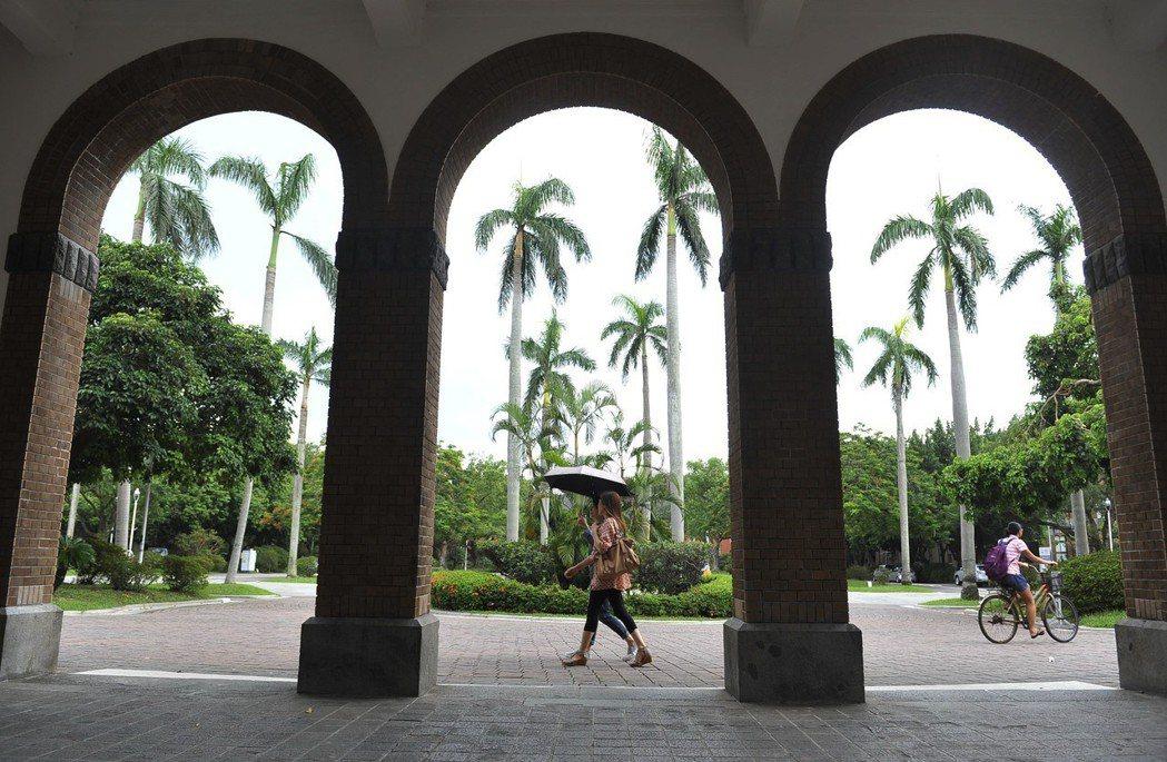 行人從台灣大學文學院建築旁走過。 新華社資料照片