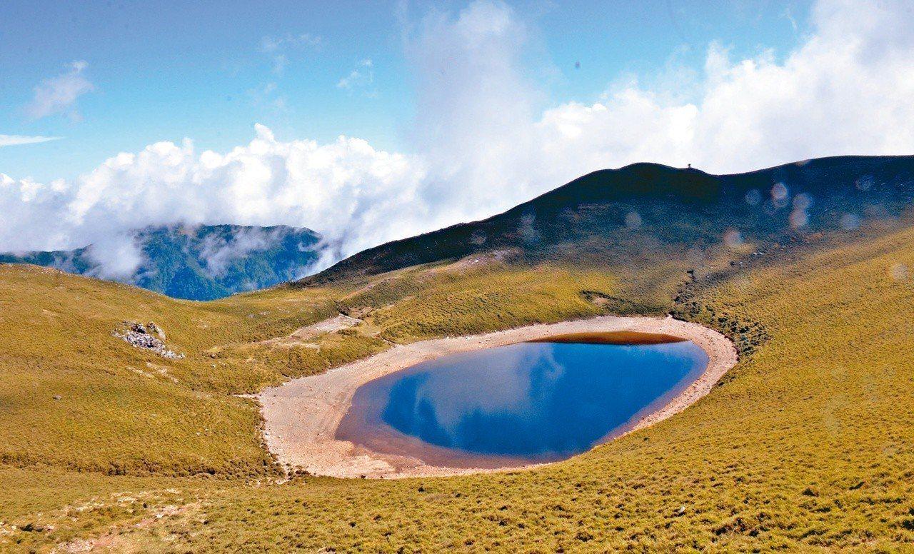 林務局今天表示,有「天使的眼淚」之稱的嘉明湖(圖)太夯,步道沿線因民眾踩踏及下雨...