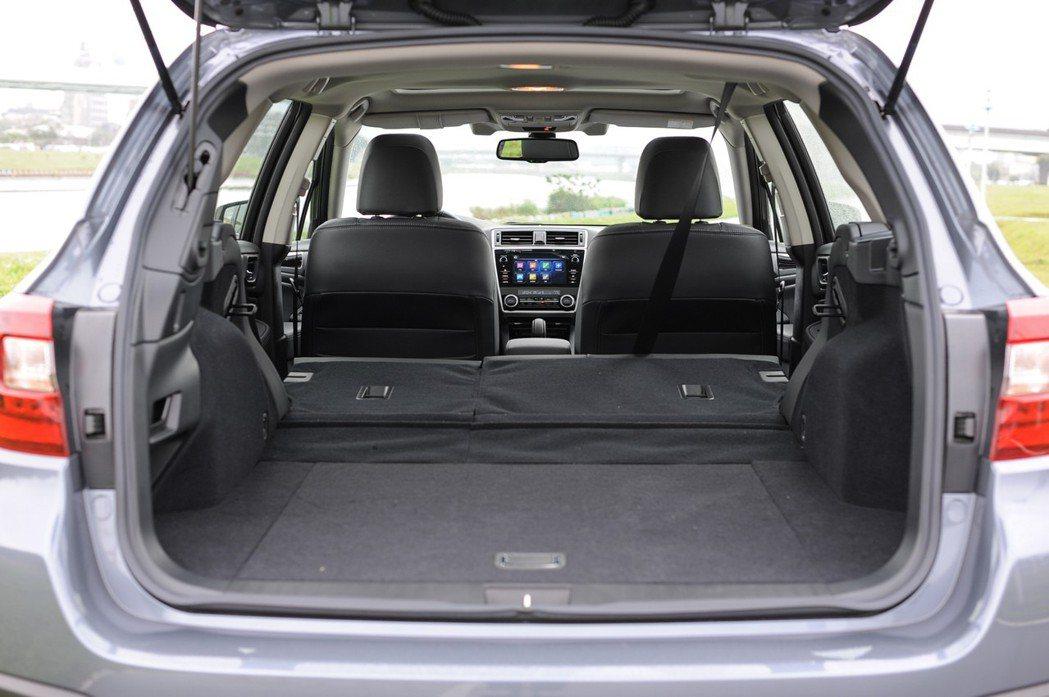 Wagon旅行車的置物空間,相當深遠吶。 記者林鼎智/攝影