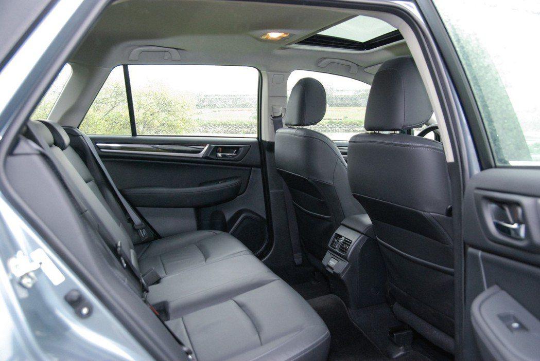 後座空間相當寬裕,頭部空間的高度雖不若SUV寬闊,但也不會有窒礙感。 記者林鼎智...