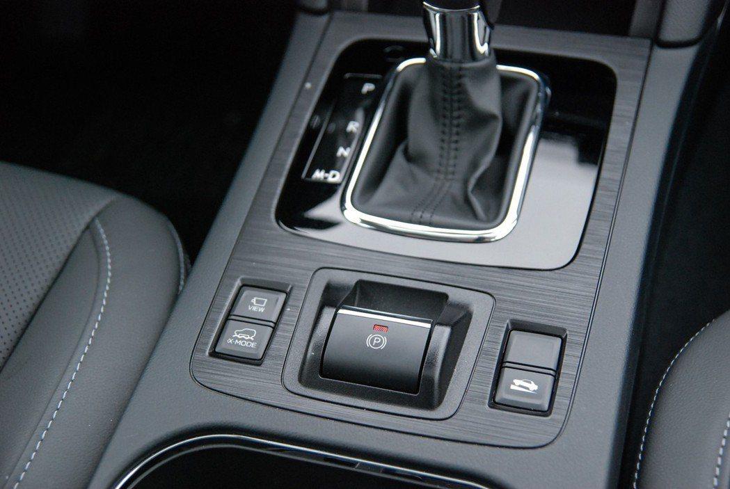 EPB電子手煞車與X-Mode按鈕。 記者林鼎智/攝影