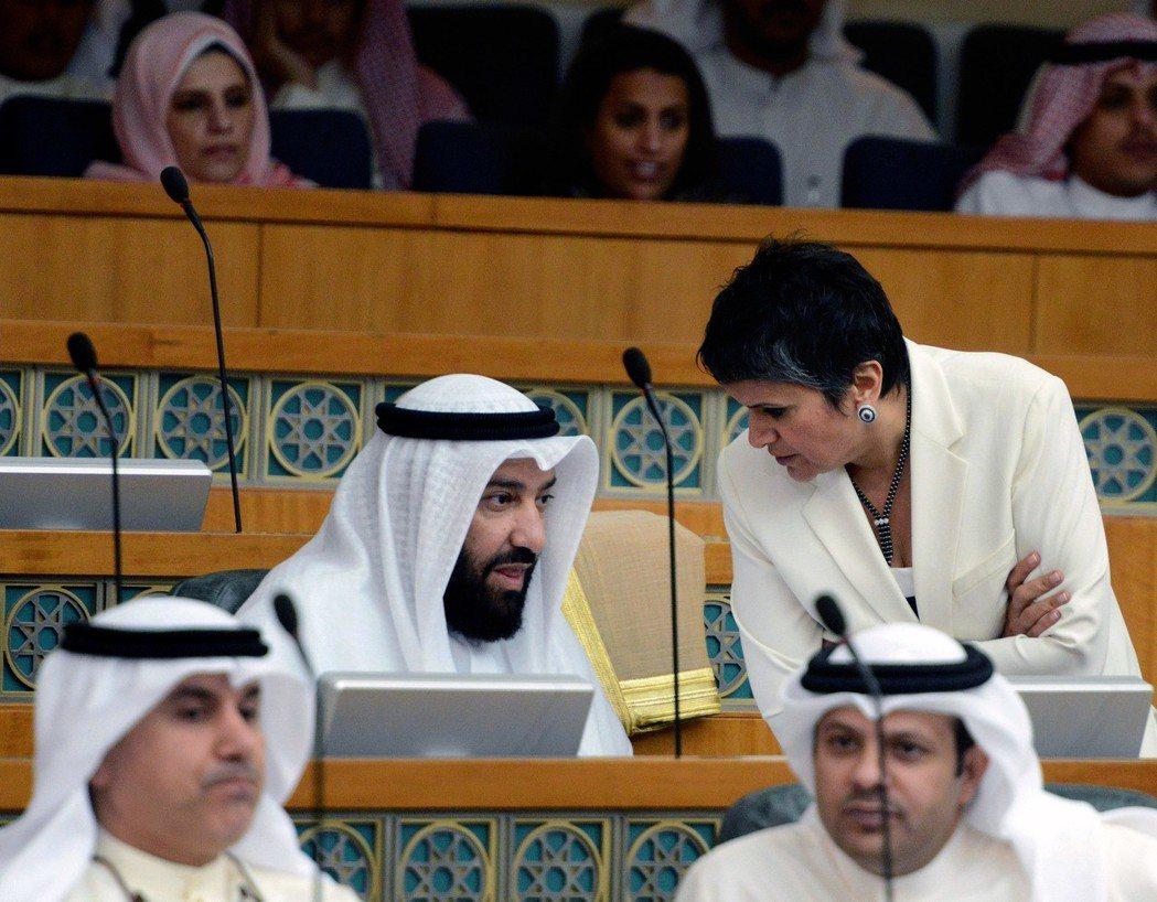 Safa Al-Hashem(圖右)是科威特國會中唯一的女性議員,提出了多項排外...