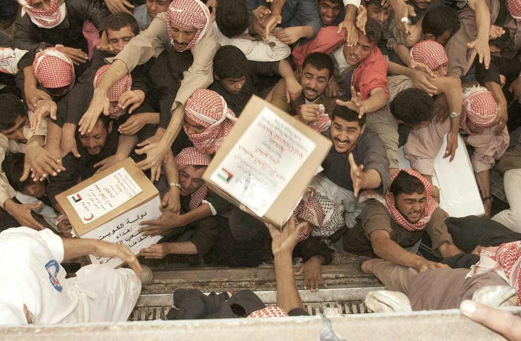 科威特紅十字會在伊拉克進行人道援助。 圖/美聯社