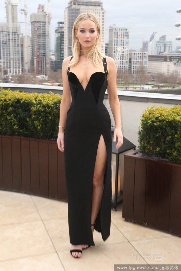 珍妮佛勞倫斯穿 Versace 2018早秋洋裝。圖/達志影像