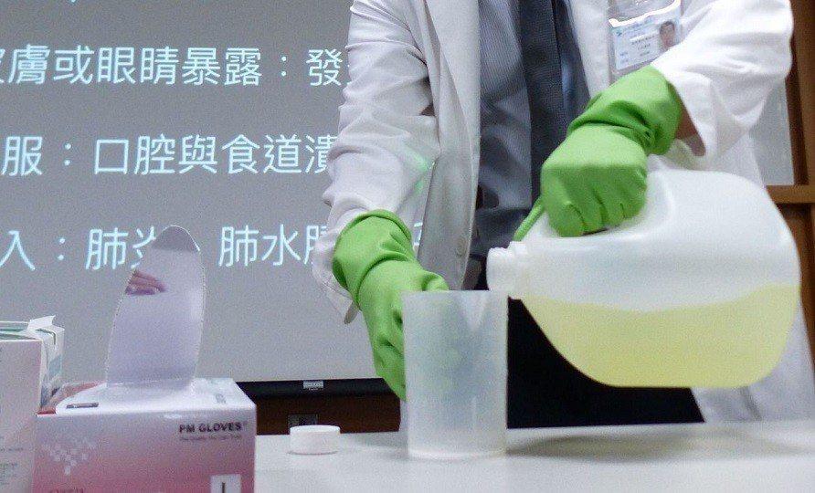 使用漂白水最好帶手套保護。報系資料照
