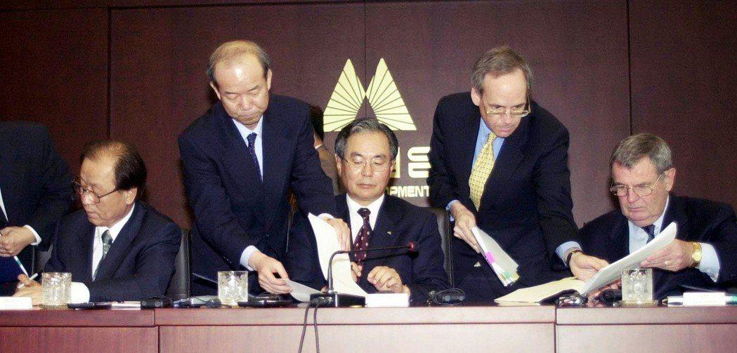 2002年,大宇汽車遭到美國GM收購的簽字瞬間。圖左到右分別為:大宇汽車時任社長...