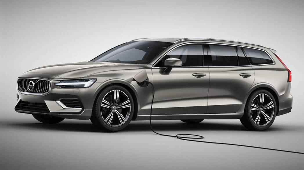 Volvo V60 的插電孔位於前葉子板上。 摘自Volvo