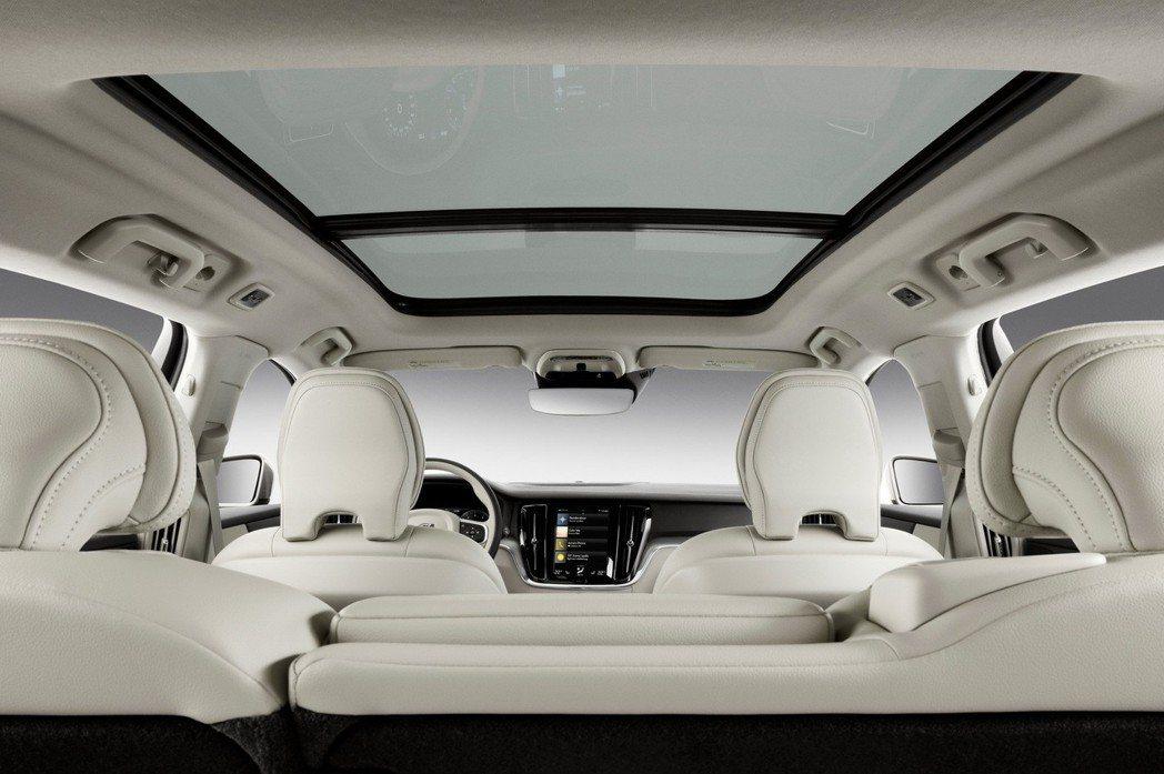全景天窗提供明亮的車室空間。 摘自Volvo