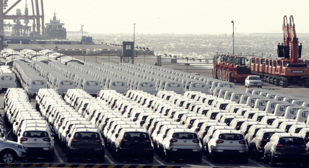 群山港的汽車出口光景。現代重工業去年7月,才剛關閉群山造船所,如今連南韓GM廠也...