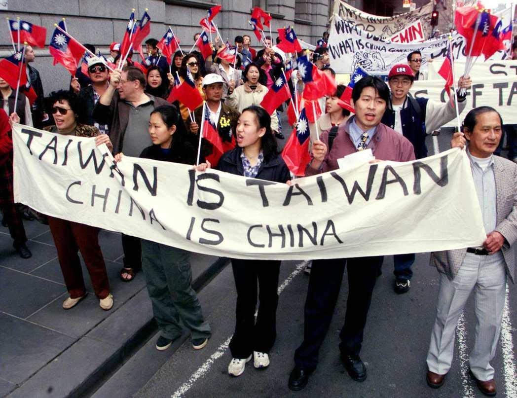 圖為1999年,澳洲墨爾本的台灣人集體遊行表態。 圖/路透社