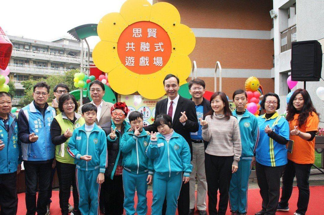 校園遊具無障礙、新北首座學校「共融遊戲場」啟用。 新北教育局/提供。