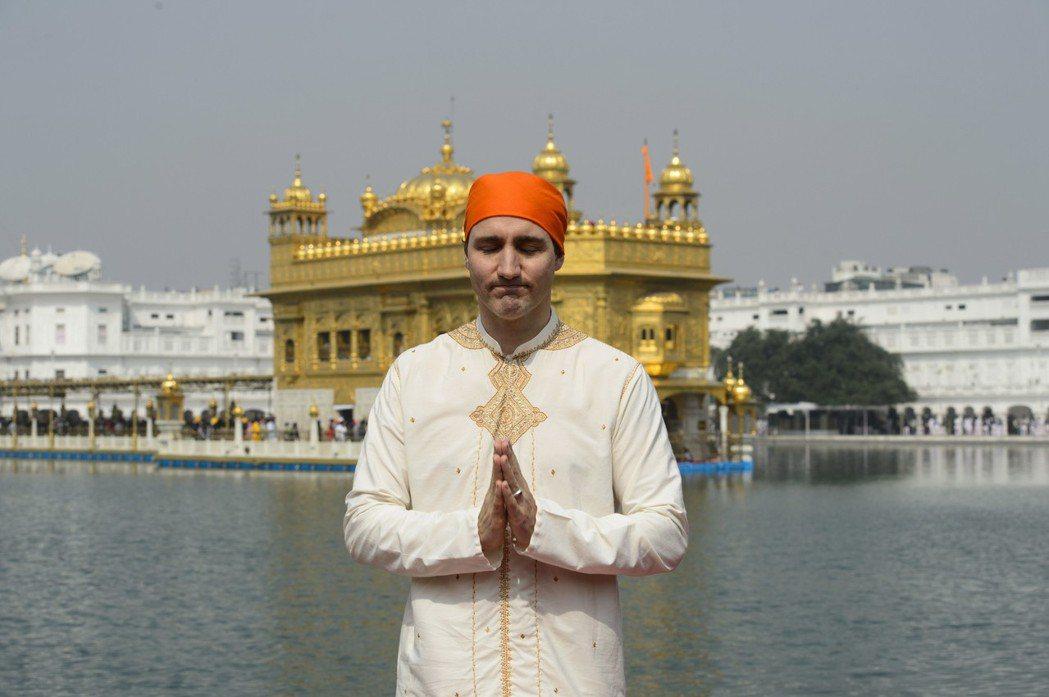 杜魯多在金廟前包著錫克教男教徒的頭巾。 (美聯社)