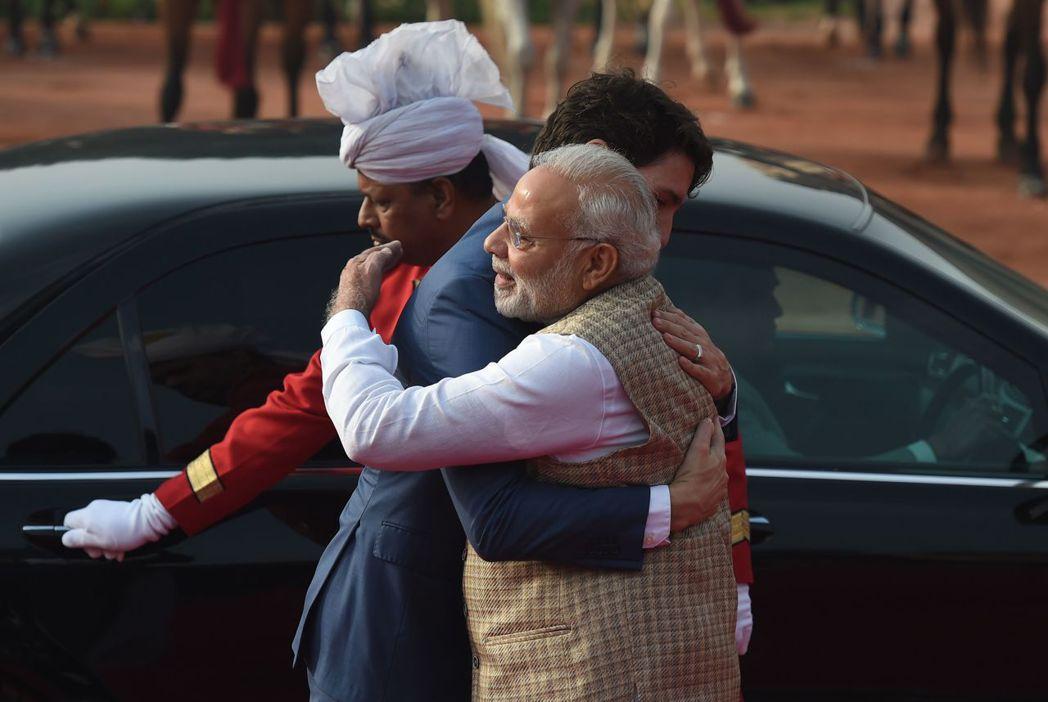 印度總理莫迪(右)23日熊抱加拿大總理杜魯多。 (法新社)