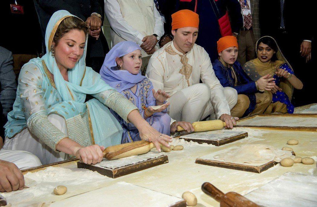 杜魯多一家21日在阿姆利則金廟學做印度煎餅。 (美聯社)
