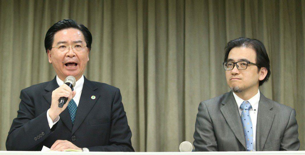 原任總統府秘書長的吳釗燮(左)出任外交部長,總統府秘書長一職再次懸缺,將由副秘書...