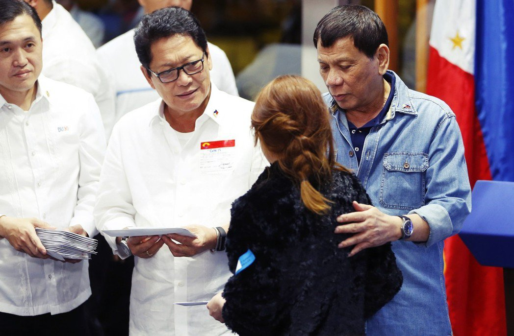 震怒的杜特蒂總統,緊急要求菲律賓的兩大航空公司,在72小時內把在科威特「受苦受難...