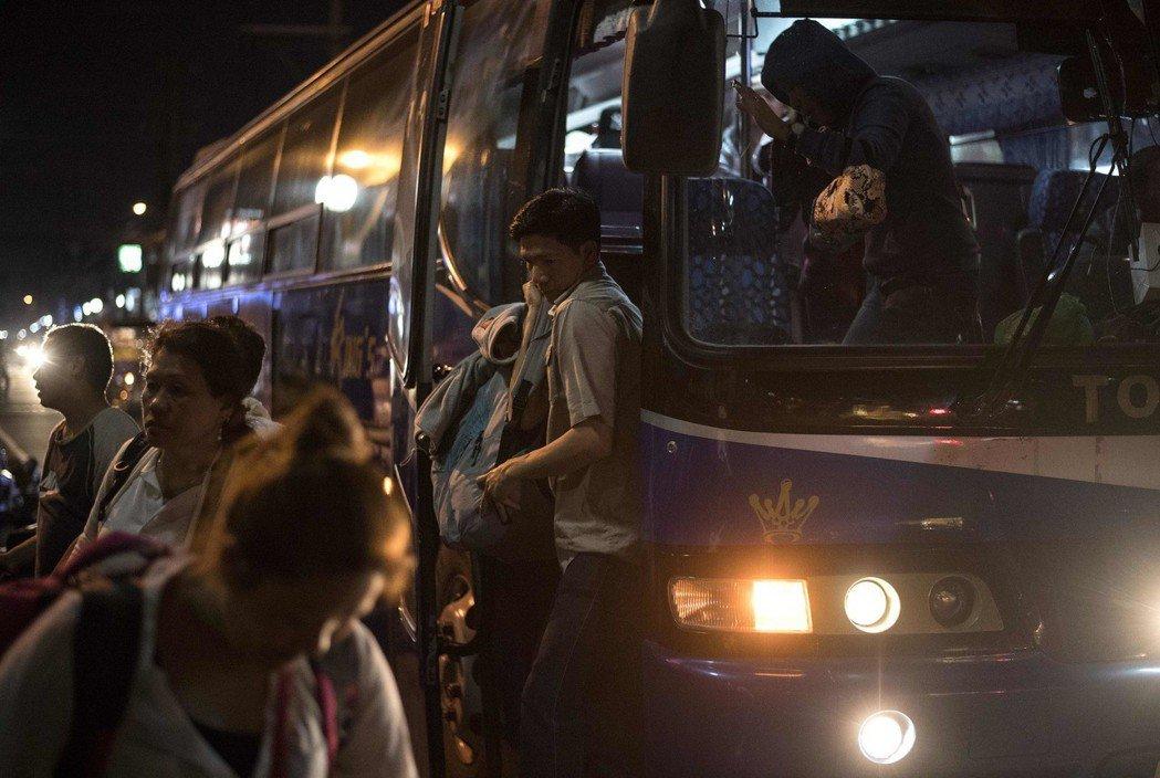 「那些外勞幹嘛捨棄有冷氣的公車和計程車不坐,偏偏想自己開車呢?」 圖/法新社