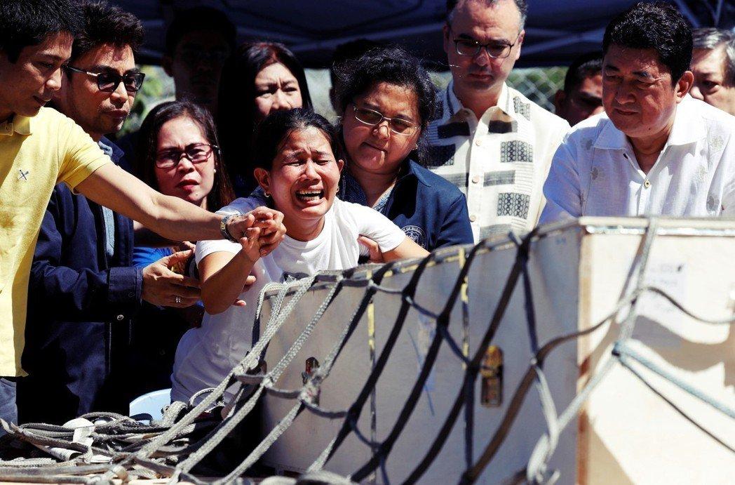 科威特冰箱女屍案受害人喬安娜.德瑪菲里斯,遺體運回菲律賓當天,喬安娜的姊妹在機場...