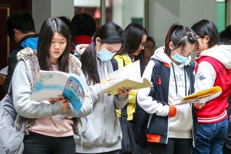 今天學測成績公布,圖為學測考生準備考試情形。資料照片