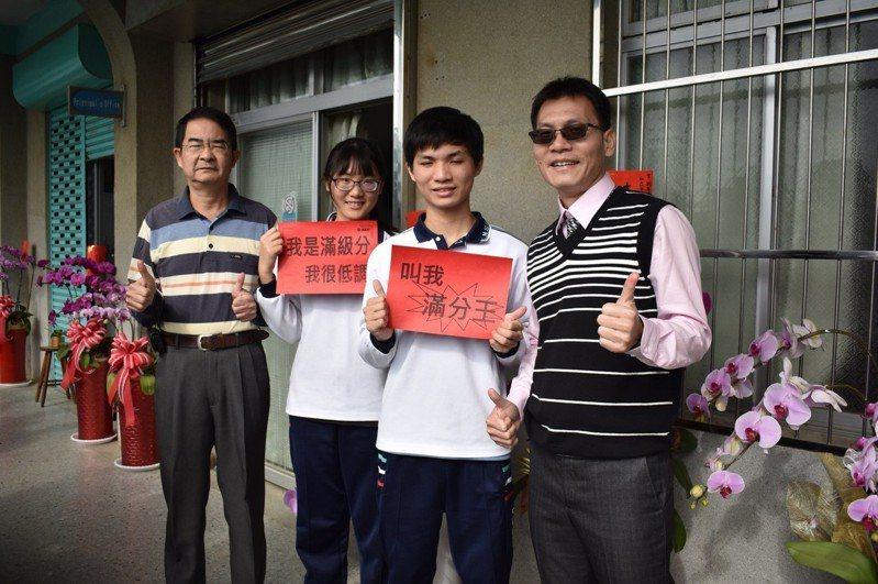 港明高中張敬(右二)、王亭尹(左二)都考滿級分。圖/港明高中提供