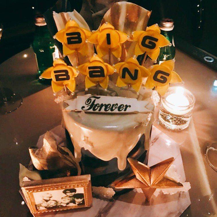 聚會上蛋糕寫著「BIGBANG forever」,讓粉絲相當感動。圖/摘自IG