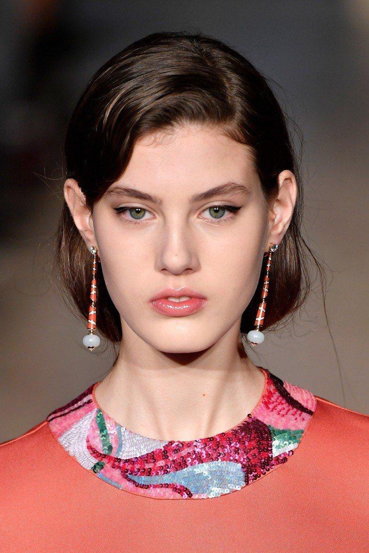 Pucci秀上女模配戴BVLGARI頂級翡翠與鑽石垂墜耳環,展現女人韻味。圖/B...