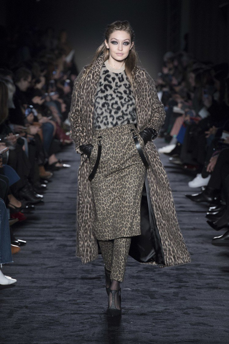 吉吉哈蒂德身穿Max Mara動物紋系列秋冬女裝。圖/Max Mara提供