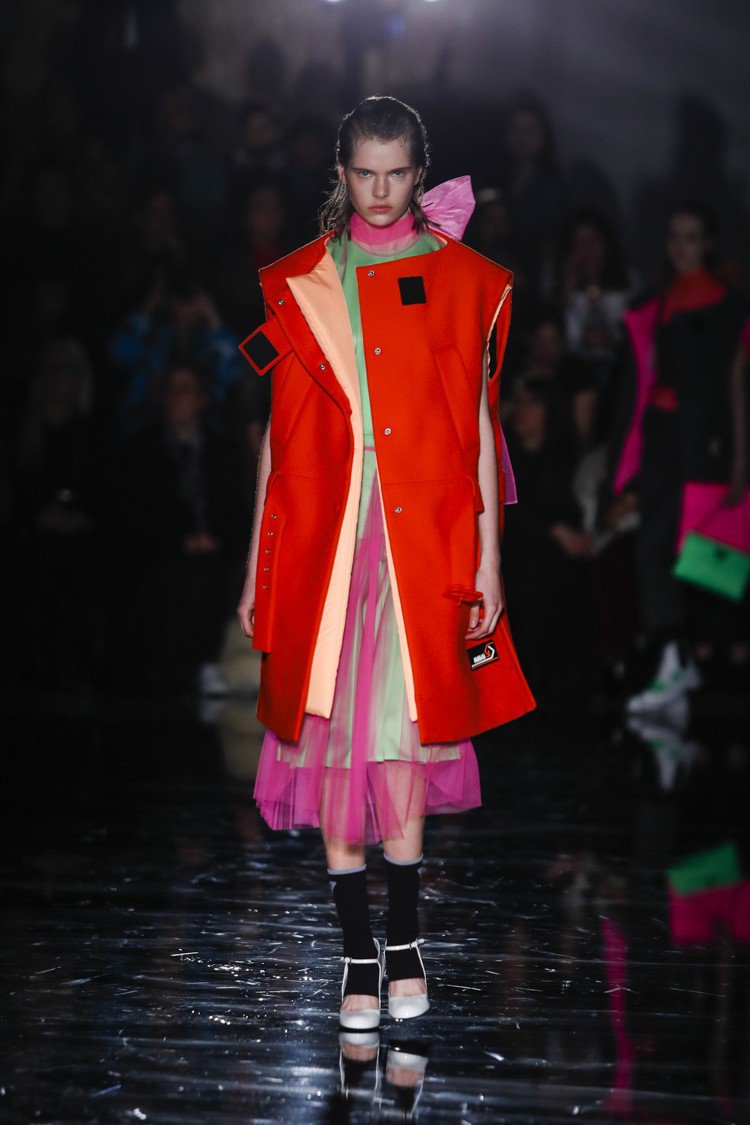 霓虹色系的薄紗、工人背心讓PRADA有暗夜冒險的氛圍。圖/PRADA提供