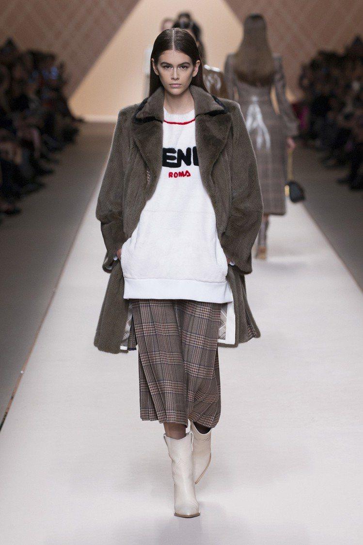 凱亞葛伯在FENDI秀上以格紋短裙展現奢華都會風。圖/FENDI提供