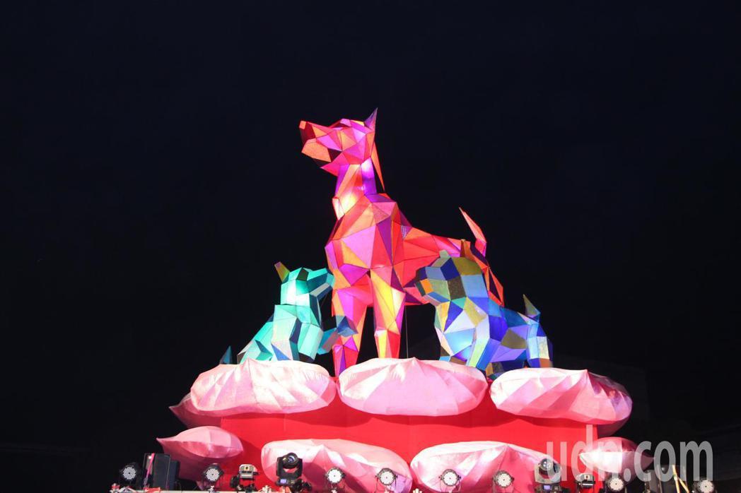 影╱台中「公犬遠瞻」主燈 360度旋轉展現公犬雄姿