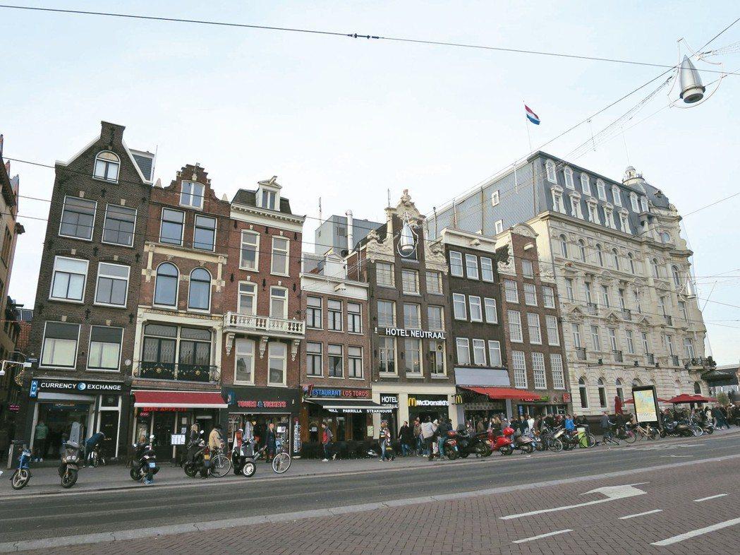 阿姆斯特丹中央車站有各種「療傷食物」。 攝影/周育如