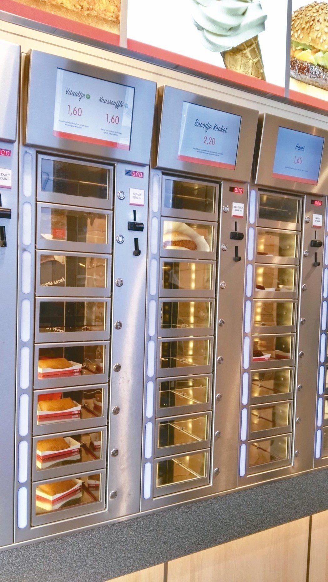 一格一格透明販賣機裡放滿速食。 攝影/周育如
