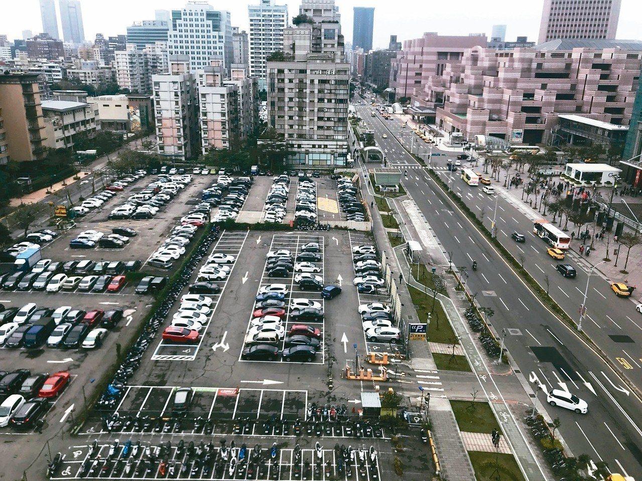 位於世貿一館對面、以最貴停車場著稱的土地,標售底價17億元。 記者陳美玲/攝影