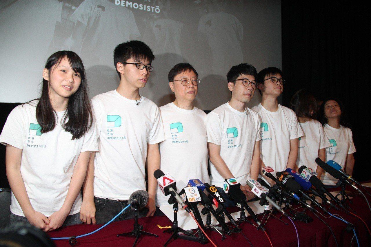 香港眾志副祕書長(左1)周庭遭剝奪參加3月11日舉行的立法會補選資格,原因是香港...