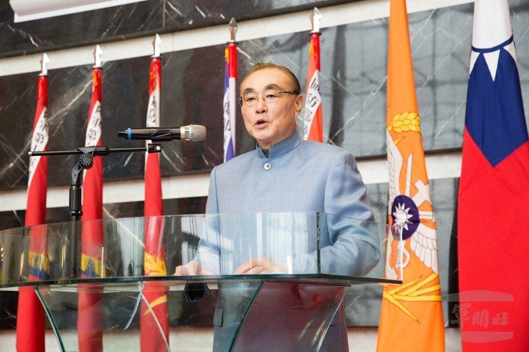 本月21日,馮世寬身著淺藍色中山裝,對部內官兵發表新年講話。 圖/軍聞社