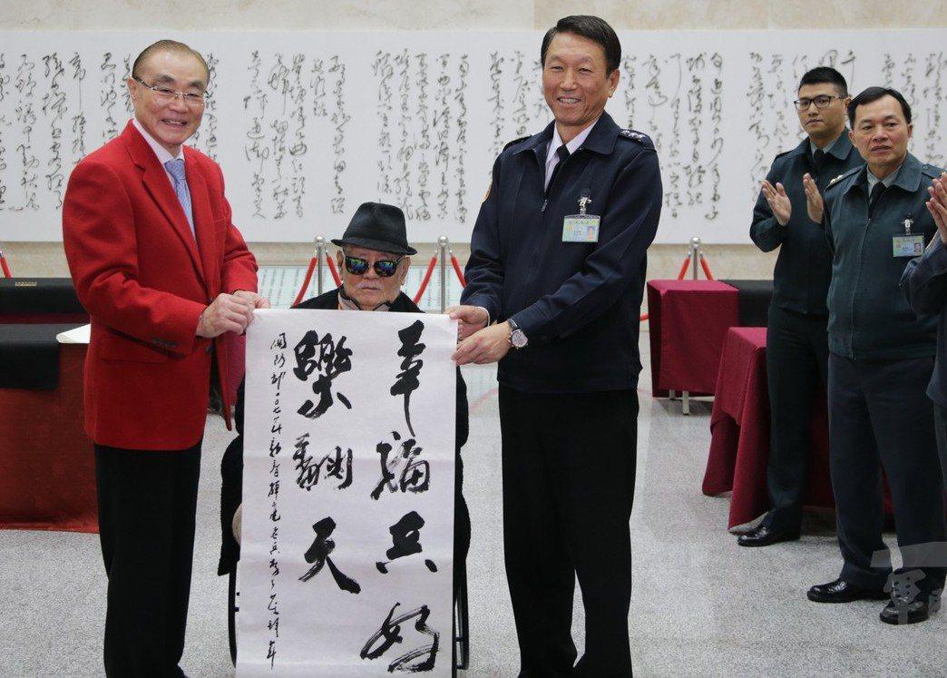 部長任內,馮世寬(左)兩度穿上大紅西裝亮相,一次是105年底的跨年晚會,另一次是...