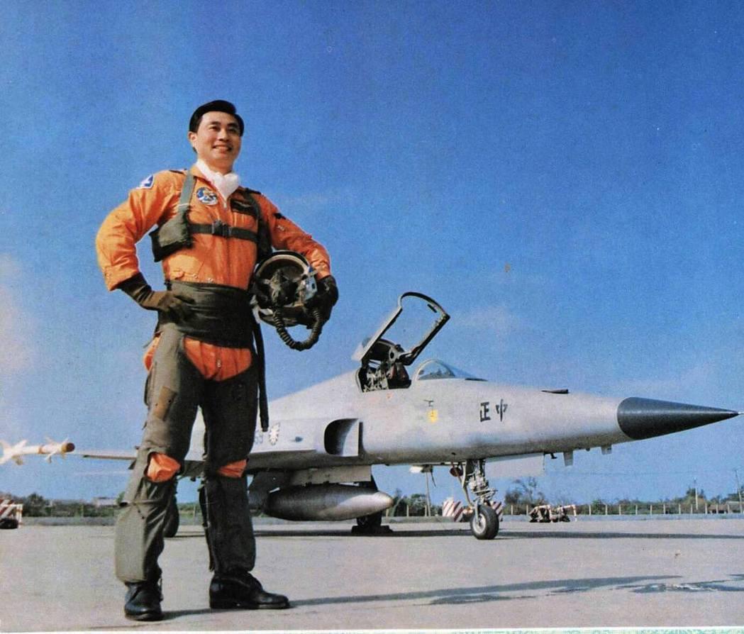 年輕時的馮世寬,攝於F-5E戰鬥機前。 圖/引自國防部發言人臉書