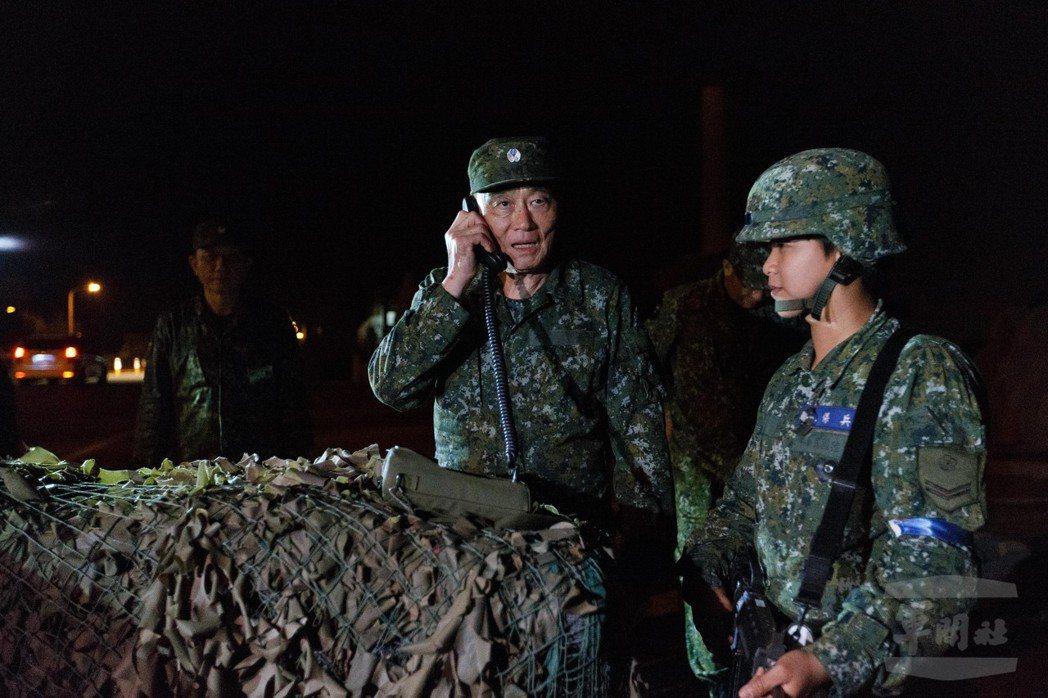 馮世寬去年視察漢光演習,換上全身迷彩服,還有「國防部長」專屬名條,帽子上有空軍軍...