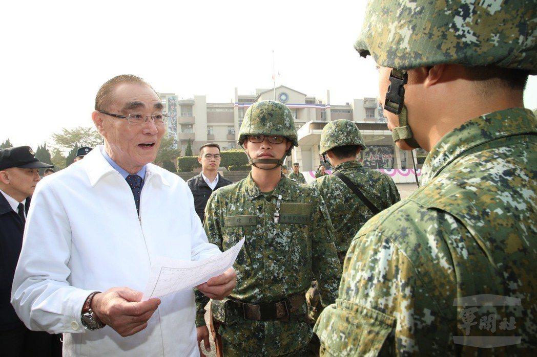 馮世寬穿純白夾克巡視部隊。 圖/軍聞社