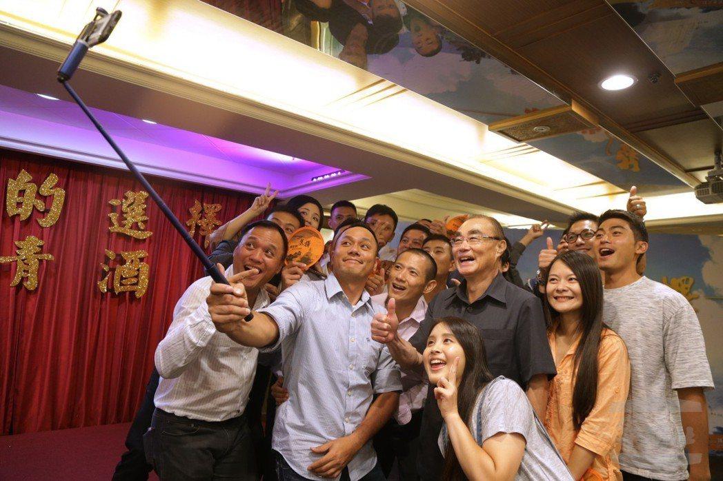 馮世寬的(左4)「非典型部長」個性,頗受年輕基層官兵歡迎。 圖/軍聞社