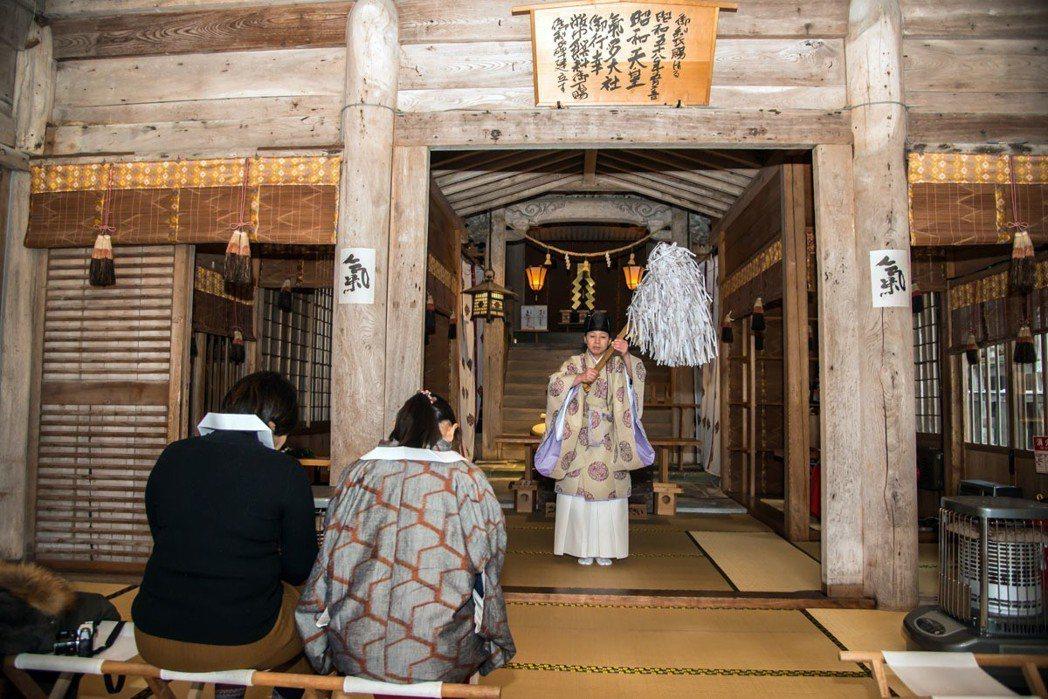 參加祈願參拜的活動,會在工作人員引導下進入正殿,端坐整心等待儀式進行。