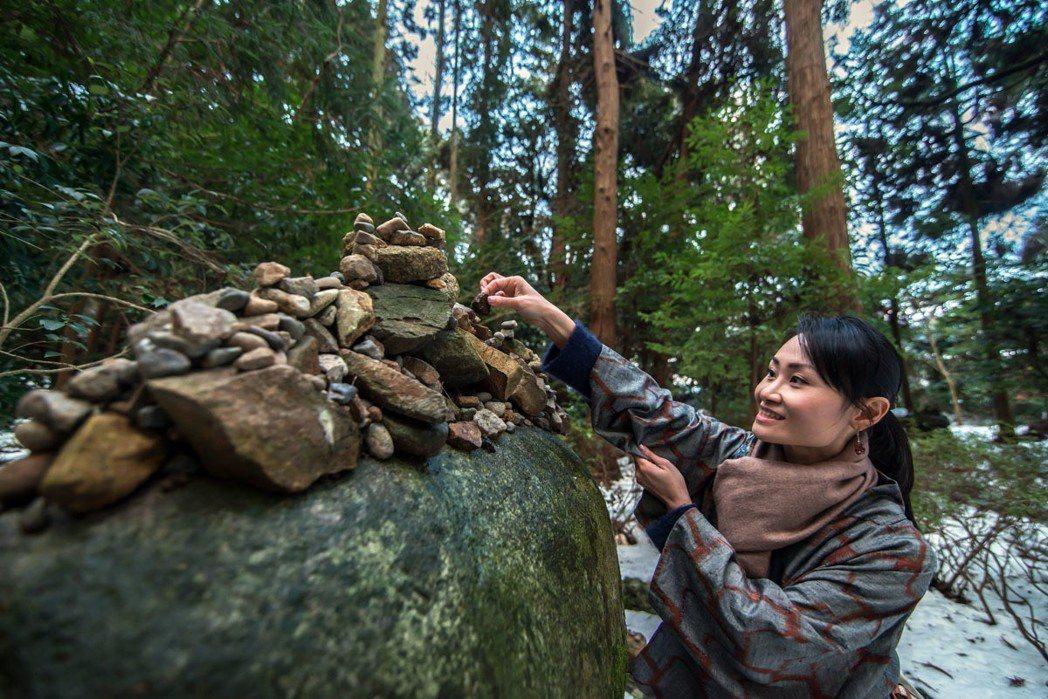 接著再前往結語神社庭院,在最大那顆石頭旁的地上撿拾一顆小石頭,只要能小心地將石頭...