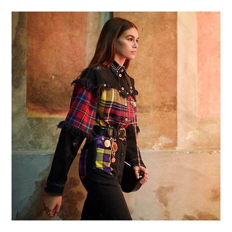 2018秋冬的Versace拼接鮮豔的彩色蘇格蘭格紋,搖滾又性感。圖/取自IG ...