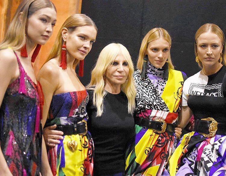 Donatella Versace與名模們秀後合影。圖/取自IG @donate...